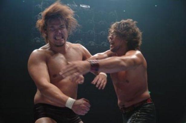 潮崎豪選手(左)と中邑真輔選手の戦いはプロレスリング・ノアと新日本プロレスという看板を背負っての激しいバトルになった