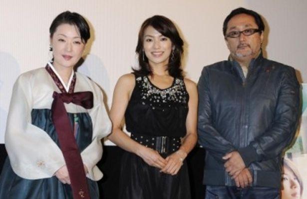 初日舞台挨拶に登壇した、左から、黒田福美、内山理名、井上春生監督