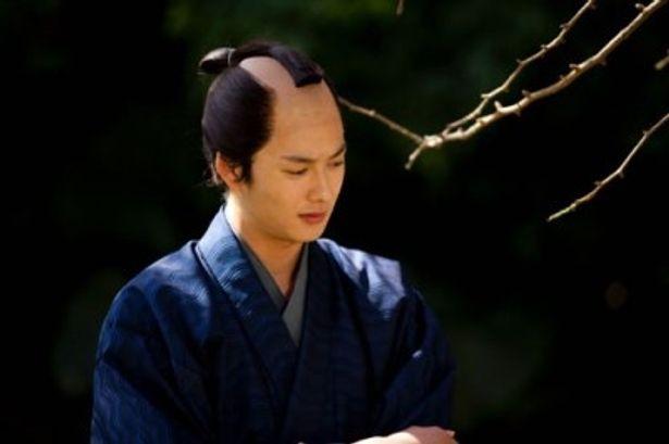 りりしい侍姿を披露する岡田将生
