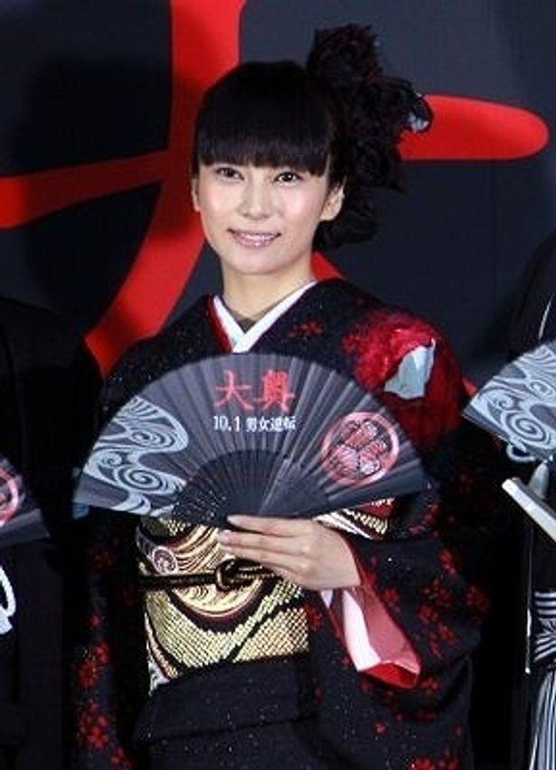 『大奥』のテーマカラーである黒と赤の着物を着た柴咲コウ