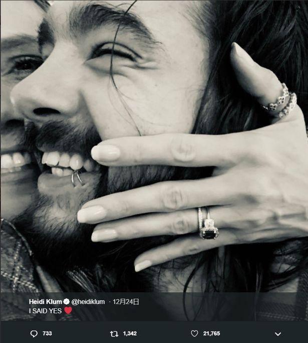 【写真を見る】幸せ感たっぷり!満面の笑みを浮かべた2ショットで婚約報告