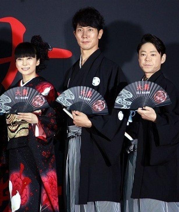 映画「大奥」の大ヒット祈願セレモニーに登場した柴咲コウ、佐々木蔵之介、阿部サダヲ(写真左から)