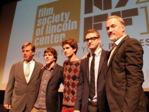 記者会見に顔をそろえたフィンチャー監督や出演者たち