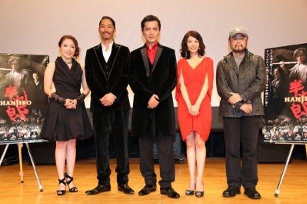 舞台挨拶に登壇した、左から、平原綾香、AKIRA、榎木孝明、白石美帆、五十嵐匠監督