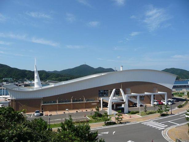 旅行客を出迎える有川港多目的ターミナル