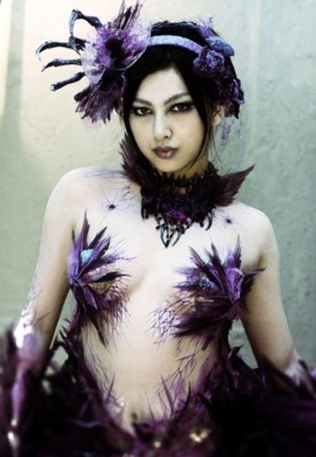 セクシー衣装に身を包み魔境ホラー・カルマを演じた原紗央莉