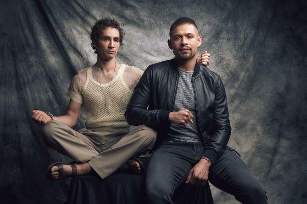 クラウス役のロバート・シーハンと、ディエゴ役のデヴィッド・カスタネダ