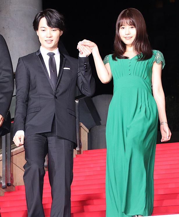 グリーンのドレス姿を披露