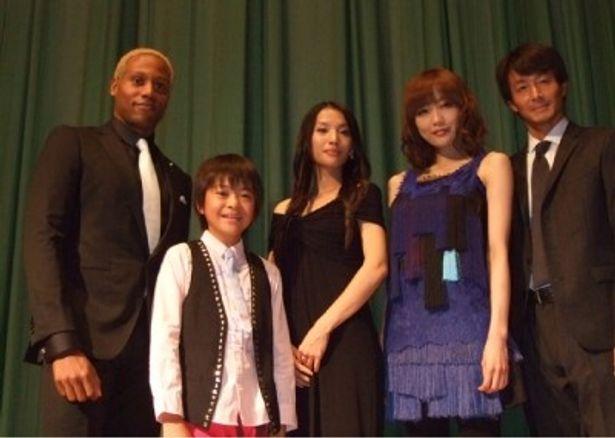 舞台挨拶に登壇した、左から、ダンテ・カーヴァー、今井悠貴、芦名星、佐藤江梨子、吉田栄作