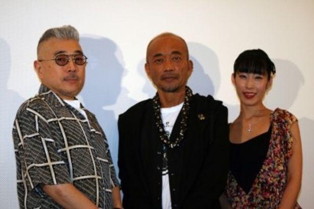 初日舞台挨拶に登壇した、左から、石井隆監督、竹中直人、佐藤寛子