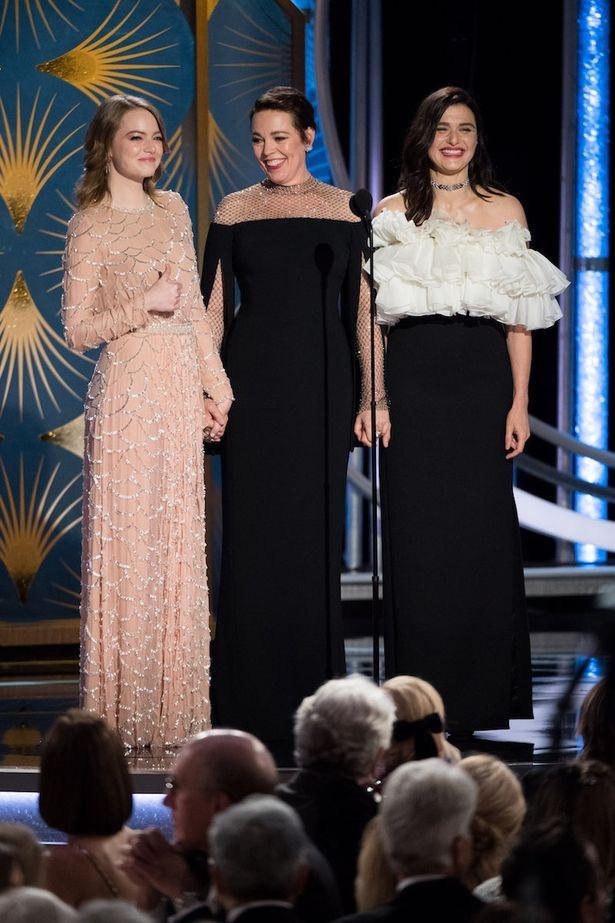 本作で共演したエマ・ストーン、オリヴィア・コールマン、レイチェル・ワイズ。ゴールデン・グローブ賞のステージにて