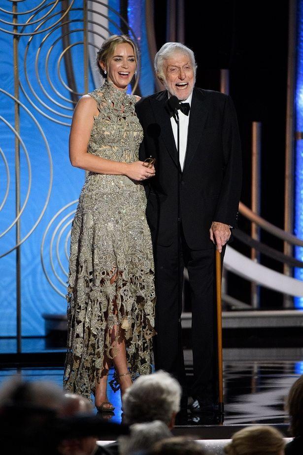 エミリー・ブラントはアレキサンダー・マックイーンのシルバーゴールドドレス