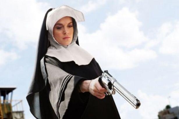 尼僧姿のマフィア娘・エイプリルに扮するリンジー・ローハン。