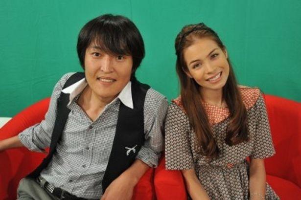 「地球のしゃべり方」の司会を務める千原ジュニア、紗羅マリー(写真左から)