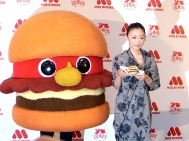 モスバーガーのキャラクター・モッさん、松雪泰子(写真左から)