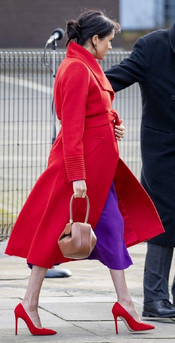 足元もコートとバッチリ合わせた真っ赤なピンヒール