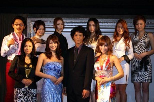 「嬢王3 ~Special Edition~」に出演する(前列左から)神楽坂恵、原幹恵、渡部豪太、明日花キララら
