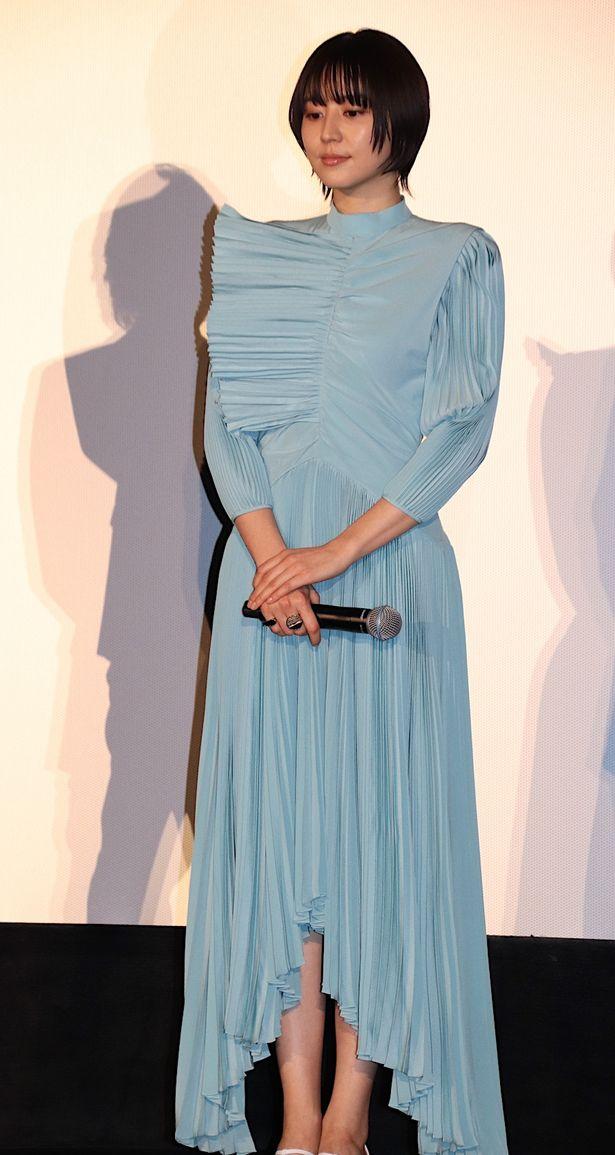 【写真を見る】長澤まさみ、アイスブルーのプリーツドレスで美脚チラリ!会場から「きれい!」