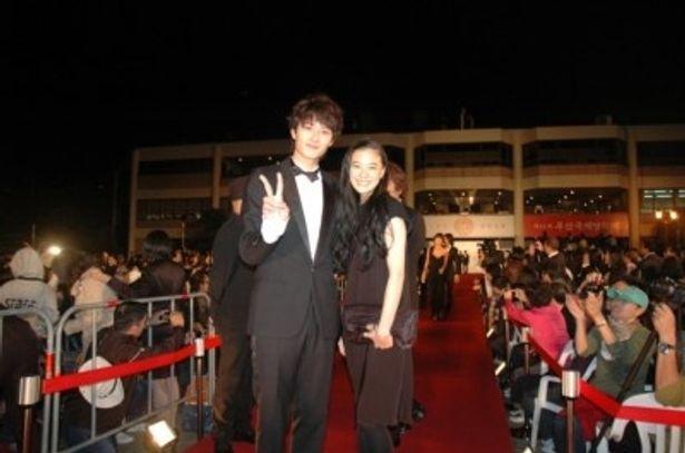 第15回釜山国際映画祭のレッドカーペットに参加した、左から、岡田将生、蒼井優