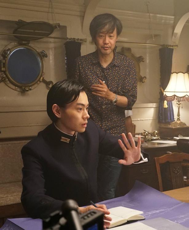 【写真を見る】菅田将暉が数学で戦争を食い止める!徹底的な役作りで天才数学者を熱演
