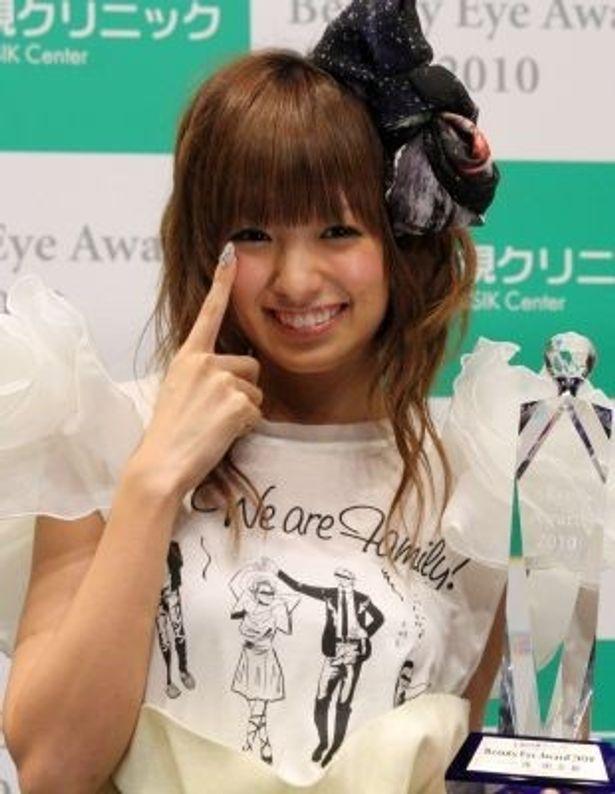 """""""瞳のきれいな人""""を表彰する「Beauty Eye Award」でグランプリに輝いた南明奈さん!"""