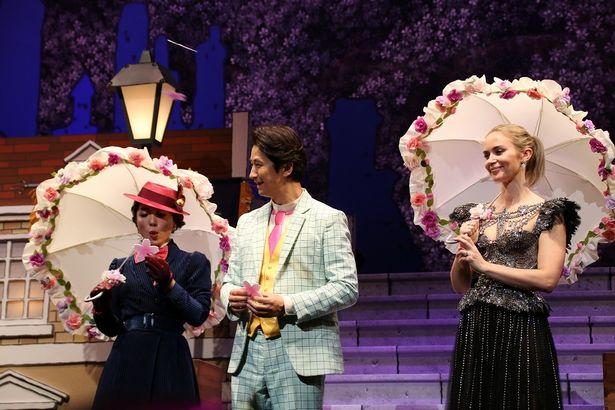 パラソルを開くと魔法で谷原章介のスーツの色が変わり、ステージに満開の桜が咲いた