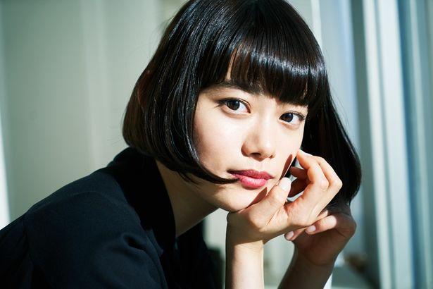 【写真を見る】強いまなざしがレンズを見つめる…杉咲花&橋本環奈の撮り下ろしショット
