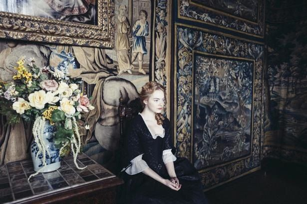 エマ・ストーンは次第に野心をむき出しにしていく召使いのアビゲイル役に扮した