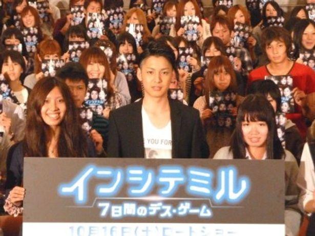 映画「インシテミル 7日間のデス・ゲーム」の単独舞台あいさつに来場したティーンの学生たちと一緒に写真撮影を行った大野拓朗