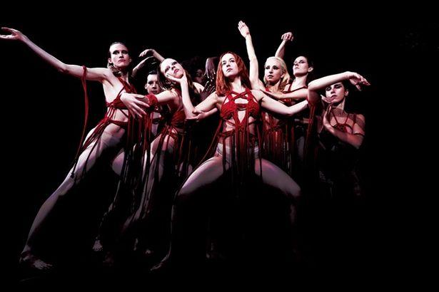 オリジナル版のバレエ学校という設定は舞踊団に変わっている