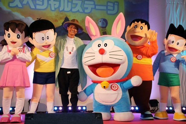【写真を見る】平井大がドラえもんやのび太たちと笑顔でフォトセッション!