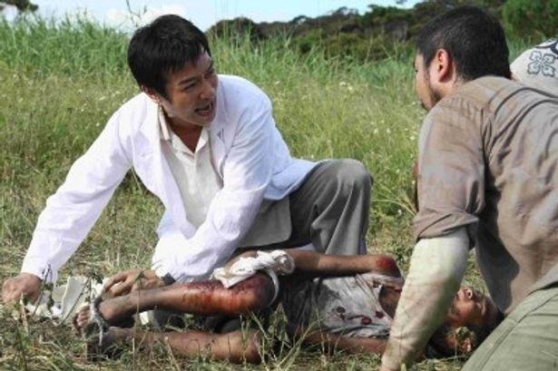 満足な医療設備がない中、良明(堺雅人)は懸命に医療を続ける