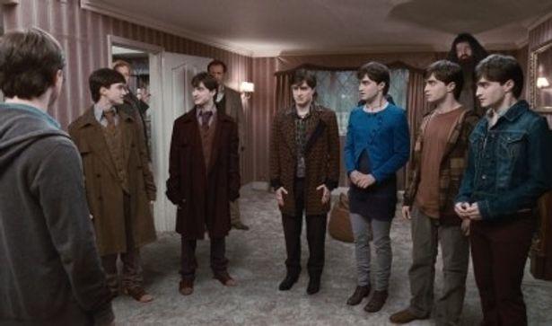 魔法薬のポリジュースを飲んで命懸けでハリーを守ろうとする仲間たち。左から、本物のハリー・ポッター、ハリーに変身したフレッドとジョージ、マンダンガス、フラー、ロンとハーマイオニー
