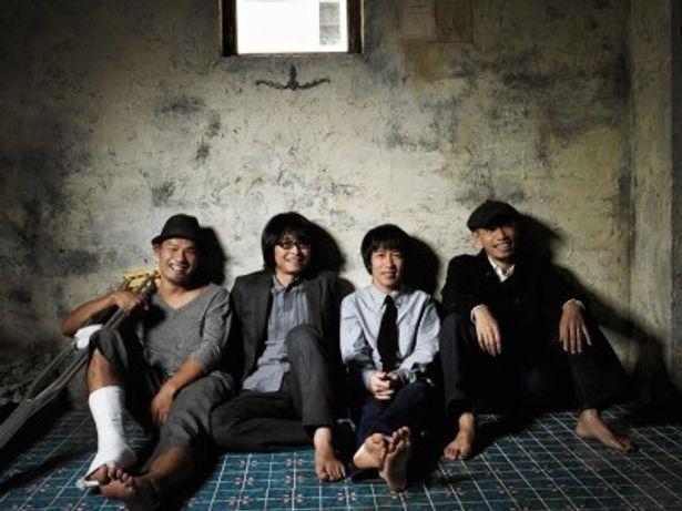 ゲストとして登場したフラワーカンパニーズのミスター小西(ドラム)、竹安堅一(ギター)、鈴木圭介(ボーカル)、グレートマエカワ(ベース)(写真左から)