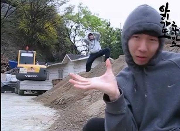 ネット上で、謎の韓国人2人がコミカルなダンスとともに、「ありがとうごじゃいます」「すみません」と繰り返すラップの動画が話題だ。