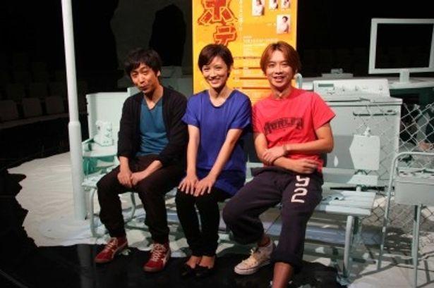 稽古を振り返って取材に答える演出の蓬莱、星野、加藤