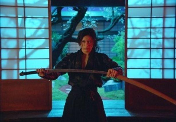 GACKTはジョシュ・ハートネット演じる流れ者の相棒サムライ・Yoshiを演じている