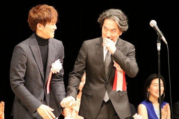 『孤狼の血』で第40回ヨコハマ映画祭の授賞式に登壇した松坂桃李と役所広司