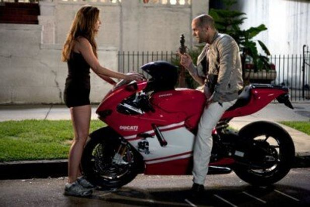 見つめ合うジェイソン・ステイサムとその恋人。この後、二人乗りでバイクを走らせる