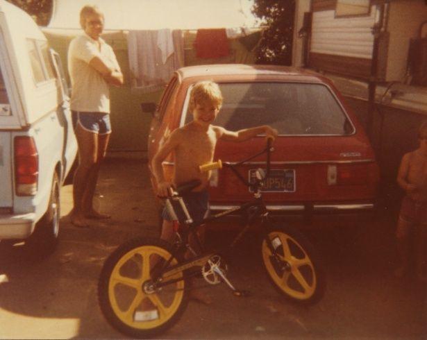 自転車によろこぶ微笑ましい少年時代(『I AM ポール・ウォーカー』)