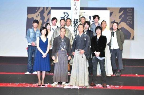福山雅治、香川照之を囲み、出演者らが集う