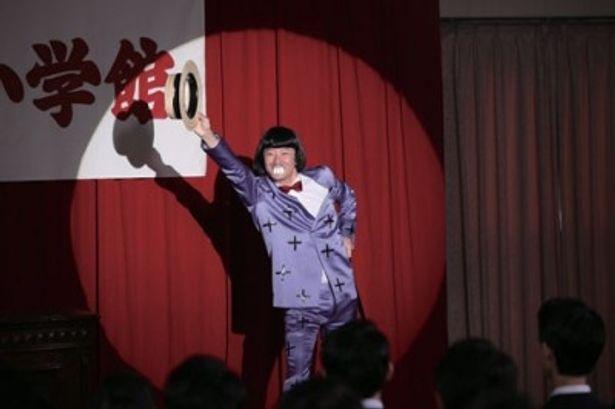 小学館の入社式に、イヤミの格好で登場する赤塚不二夫。浅野忠信のぶっ飛んだ演技に注目