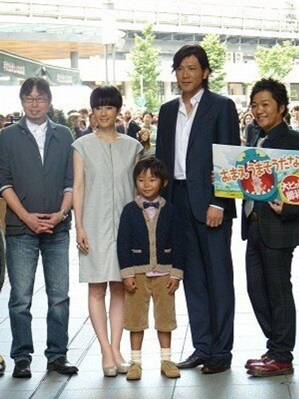 映画「おまえうまそうだな」の初日舞台あいさつに出席した、宮西達也、原田知世、加藤清史郎、別所哲也、山口勝平(写真左から)