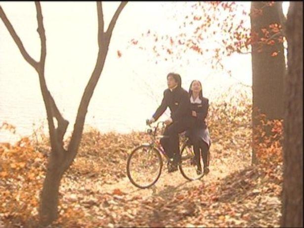 チュンサンとユジンが湖畔で自転車に乗るシーンをはじめ、日本編集版には未収録の名シーンを完全収録