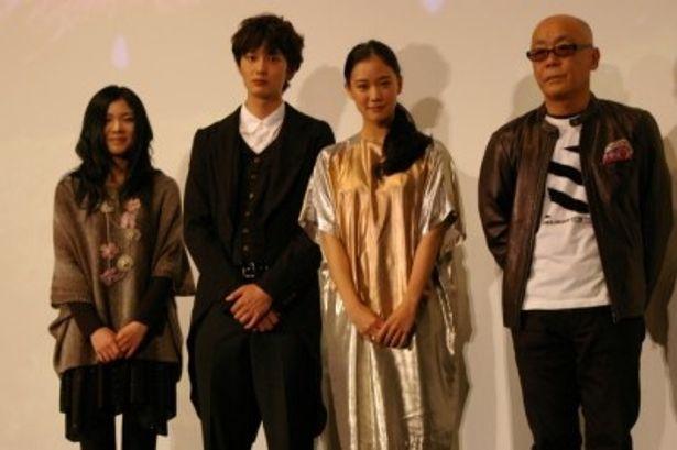 『雷桜』初日舞台挨拶に登場した、左から、舞花、岡田将生、蒼井優、廣木隆一監督