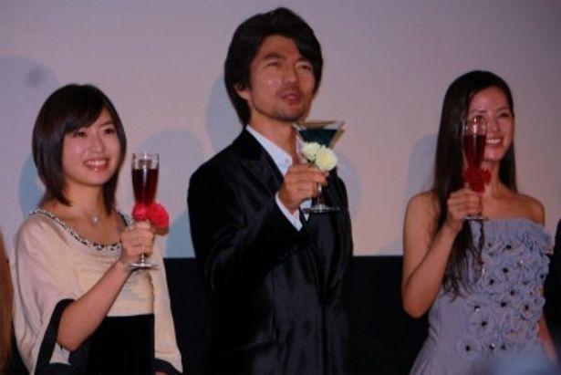 仲村トオルの俳優生活25年、出演作品50本を祝ってみんなで乾杯