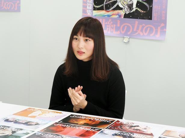 【写真を見る】「山戸監督は、お会いするたびに持ち物やお洋服、全部がかわいい」と語る松本花奈監督