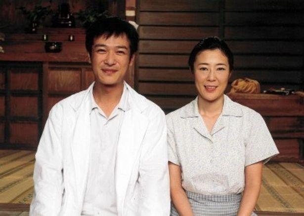 医介補役に挑戦する堺雅人とその妻を演じる寺島しのぶ(写真左から)