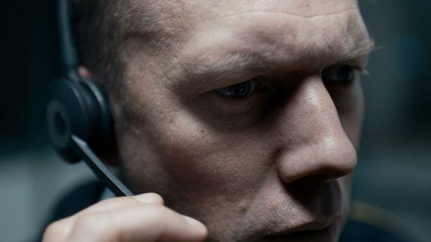 電話から聞こえてくるかすかな音を頼りに誘拐事件の解決に挑む『THE GUILTY/ギルティ』