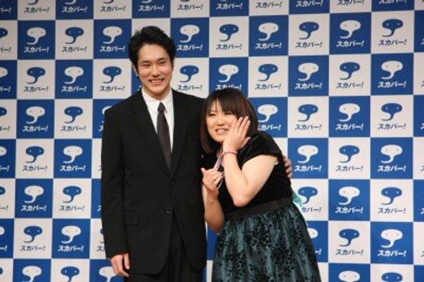 「スカパー!」新CMの記者会見に出席した松山ケンイチと黒沢かずこ(写真左から)